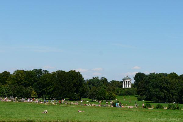 Ogród angielski (XVIII); świątynia Monopteros w tle.