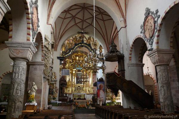 Romańsko-barokowe wnętrze kościoła św. Trójcy i NMP.