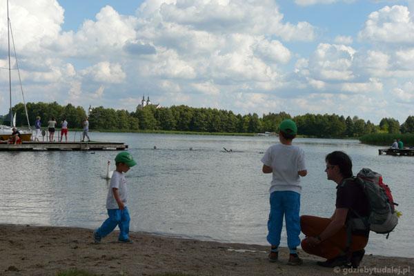 Nad Jeziorem Wigry, Stary Folwark, w tle klasztor kamedułów.