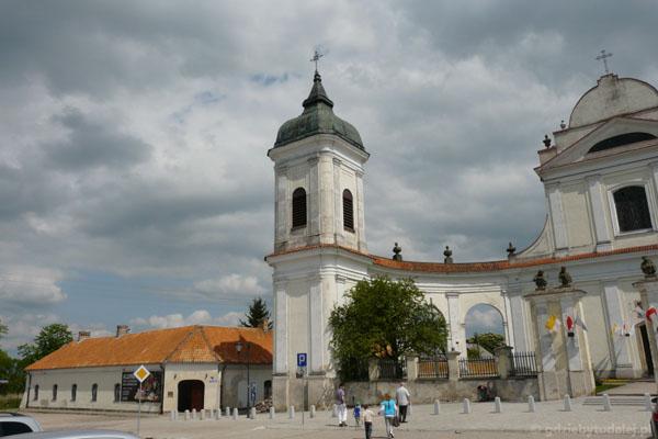 Tykocin - alumnat i wieża kościoła Trójcy Przenajświętszej.