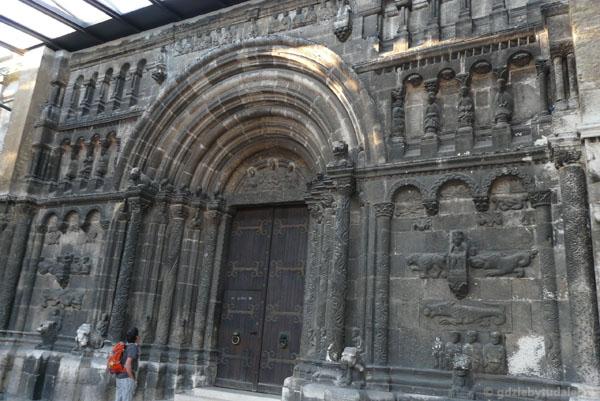 Romański (XII) portal 'kościoła Szkotów'.