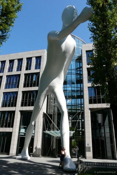Walking man - rzeźba Jonathana Borofsky'ego.