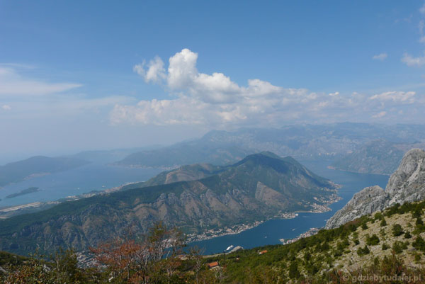 Widoki na Bokę Kotorską ze zboczy masywu Lovćen.