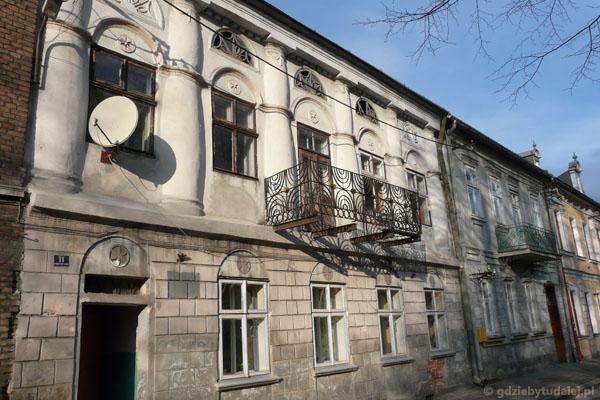 Kamienica z balustradą pochodzącą z synagogi.