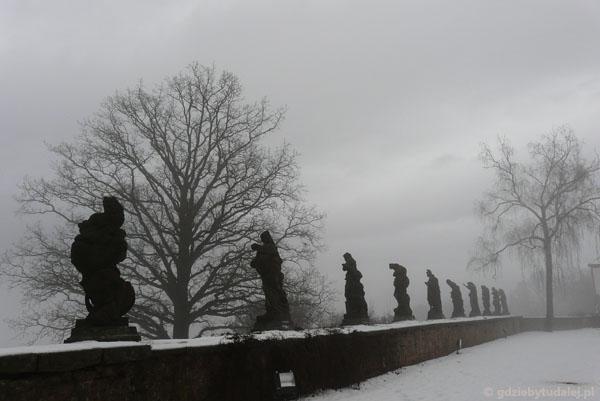 Rzeźby ''Cnoty i Występki'' strzegą tajemnic tego miejsca.