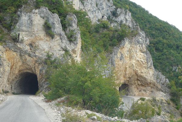 Znajdź wyjście z tunelu.