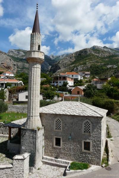A tuż obok stoi meczet.