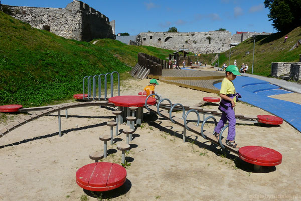 Bawimy się, strzeżeni przez średniowieczne mury.