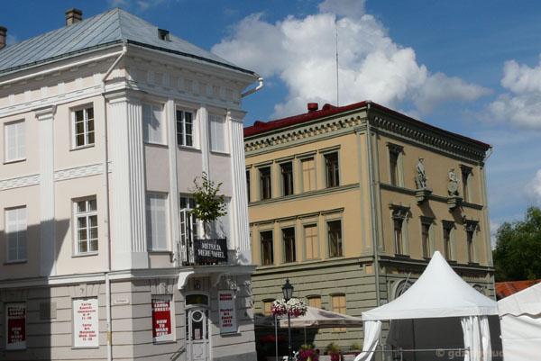Ten przekrzywiony to budynek Muzeum Sztuki.