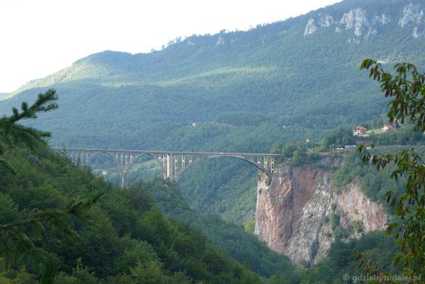Pierwsze spojrzenie na most na Tarze.
