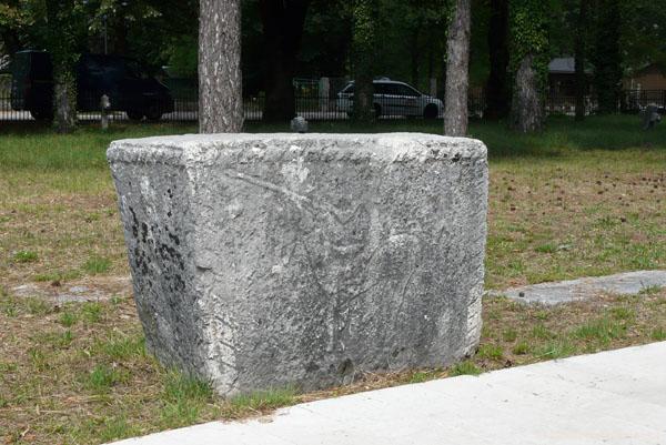 Stećka - kamień nagrobny Bogomiłów ze śladami reliefów.