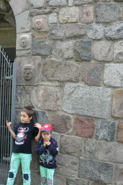 Tajemnicze maski w północnej ścianie kościoła.