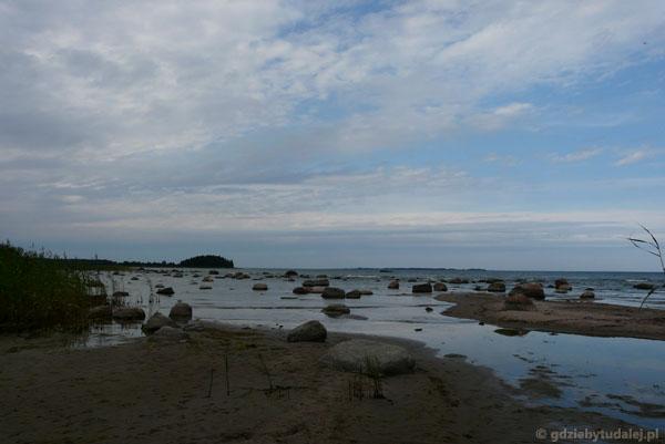 Usiany głazami Bałtyk w okolicy Turbuneeme.