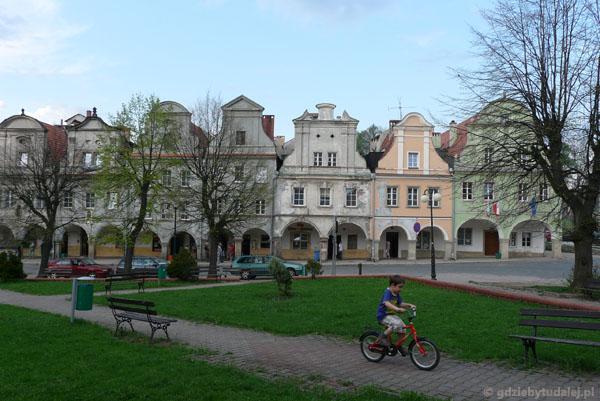 Barokowe podcieniowe kamieniczki (XVII-XVIII) w Chełmsku Śląskim.