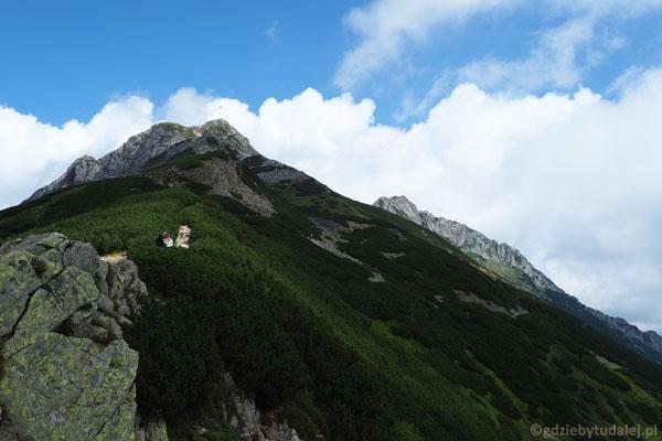 Na Przełęczy Kondrackiej (1725 m n.p.m.). Rzut oka na Giewont.