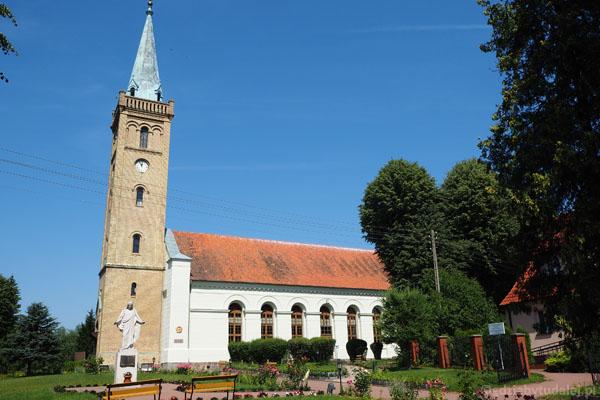 Klasycystyczny kościół ewangelicki w Mikołajkach (poł. XIX w.) - zaczynamy spacer.