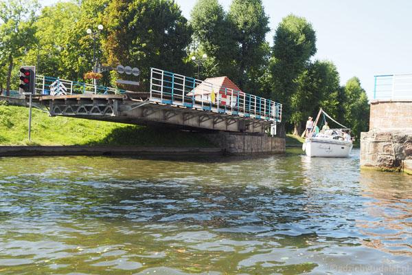 Giżycko. Ręczna konstrukcja obrotowa mostu sięga korzeniami XIX w.