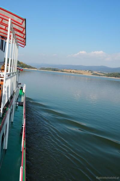 Płyniemy na drugi koniec Jeziora Czorsztyńskiego.