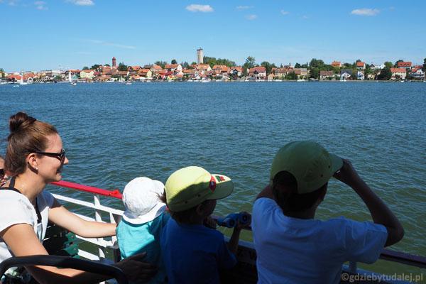 Patrzymy na Mikołajki z perspektywy Jeziora Mikołajskiego.