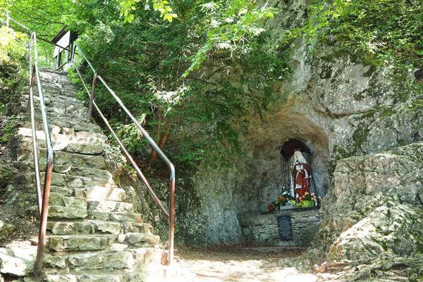 Ruin zamku strzeże figura Św. Kingi.