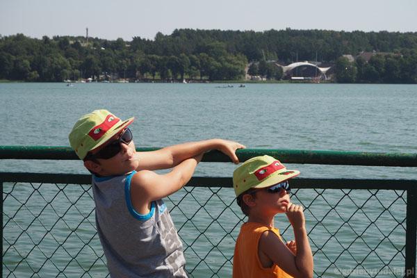 Chłopcy wypatrują czegoś z molo.