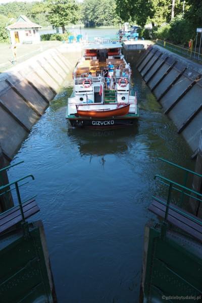 Teraz statek chce wpłynąć na Jezioro Guzianka.