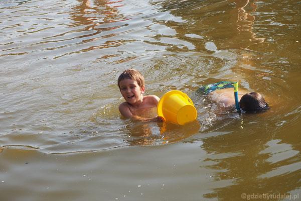 Popołudniowa kąpiel w Jeziorze Kuchenka.