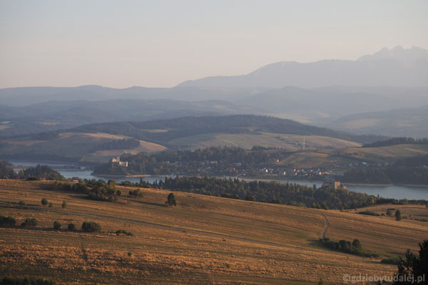 Widać oba zamki przy Jeziorze Czorsztyńskim.