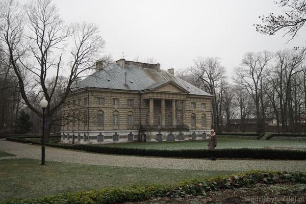 Klasycystyczny pałac w Młochowie (pocz. XIX w.).
