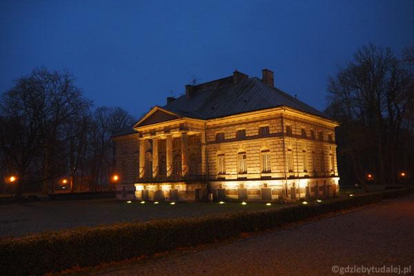 Podświetlenie doskonale eksponuje pałac.