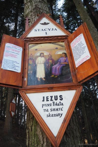 Towarzyszą nam malowane na drewnie stacje drogi krzyżowej