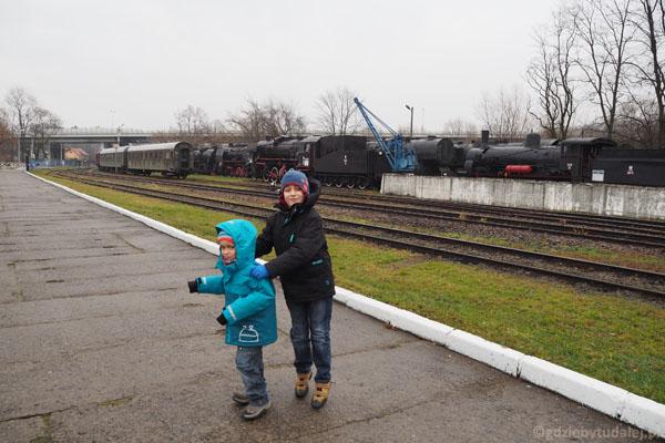 Skoro wokół tyle pociągów, chłopcy też robią pociąg