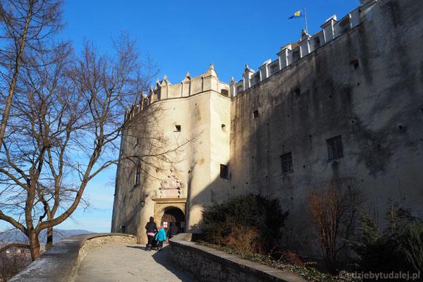 Wchodzimy na zamek w Niedzicy