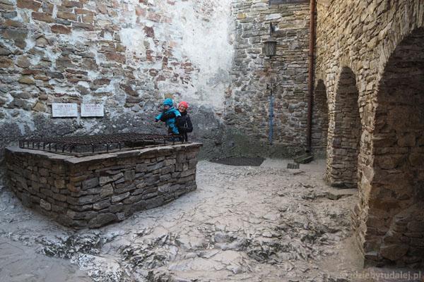 60-metrowa studnia na dziedzińcu górnego zamku
