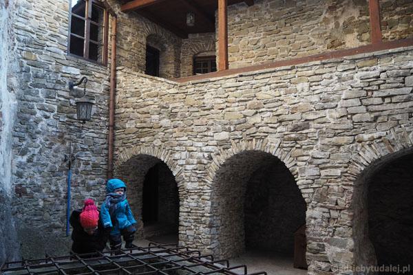 Dziedziniec górnego zamku
