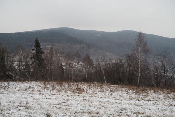 Z podejścia na Ćwilin pięknie widać masyw Śnieżnicy
