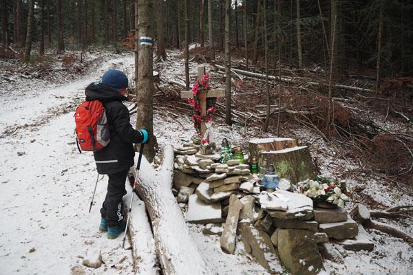 Miejsce, w którym WŁadysław Kowalczyk, znany beskidzki przewodnik, zmarł na atak serca podczas wycieczki na Ćwilin