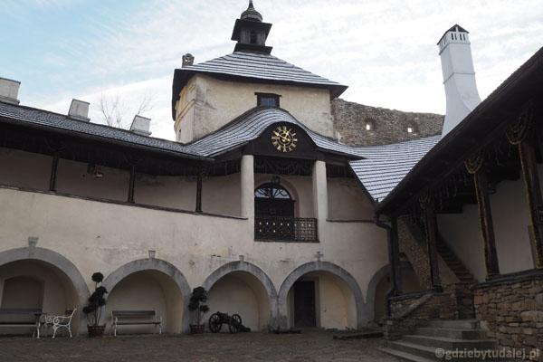 Dziedziniec dolnego zamku