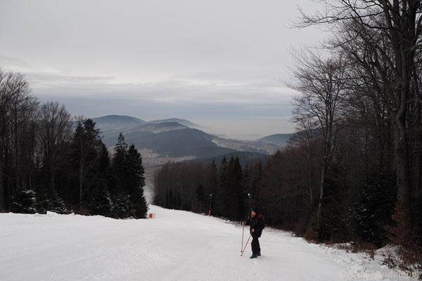 Schodzimy. Najpierw udaje nam się iść trasą narciarską