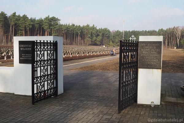 Na bramie słynny napis, wyryty przez nieznanego więźnia gestapo.