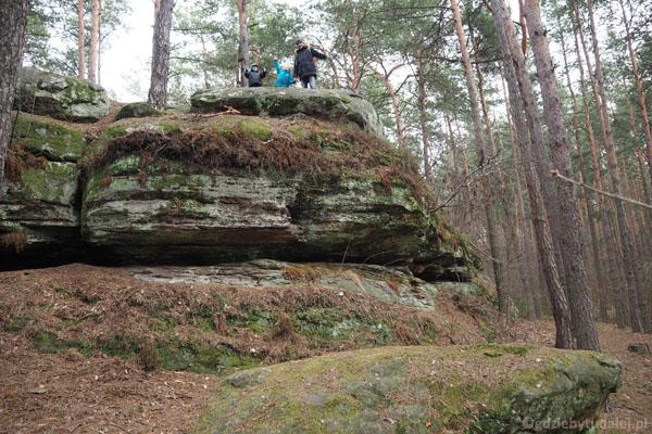 Górne powierzchnie skał są prawie płaskie.