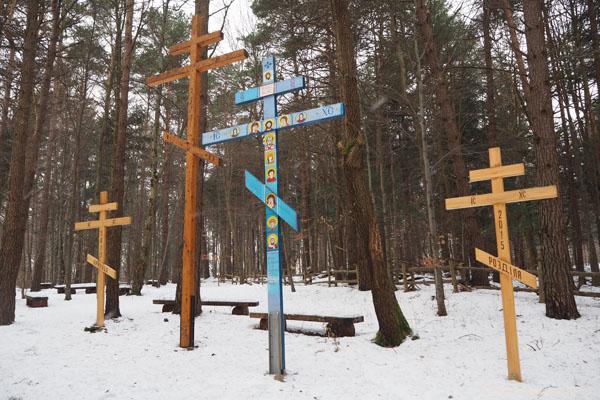 Pielgrzymi przynoszą ze sobą krzyże.