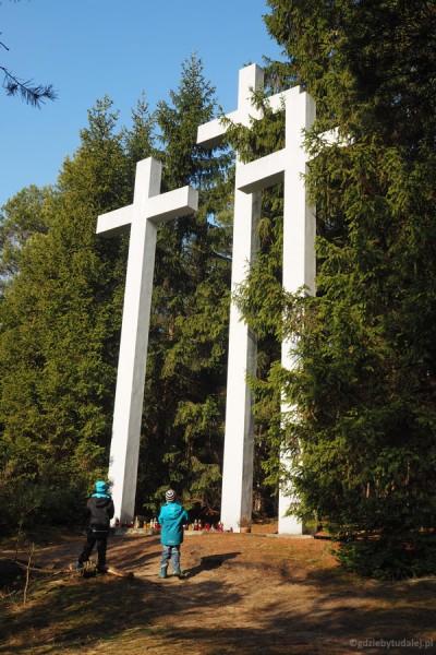 Nad palmirskim cmentarzem górują trzy wyniosłe betonowe krzyże.