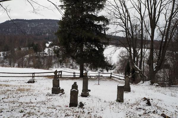 Nieopodal cerkwi znajduje się cmentarz.
