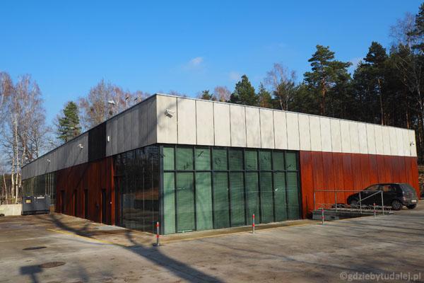 Nowoczesny budynek Muzeum Miejsce Pamięci Palmiry.