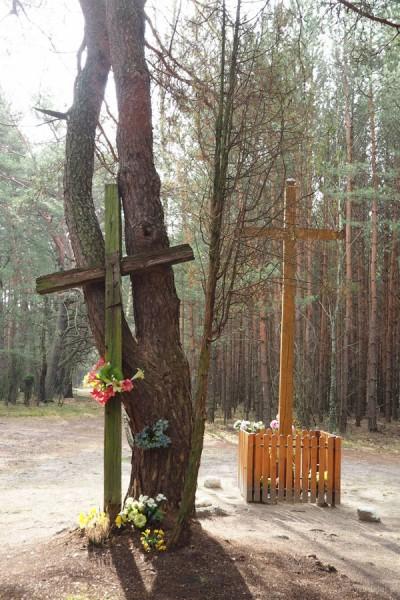 Stary krzyż zakończył już swoją służbę.