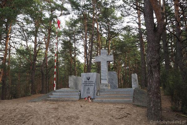 17. Pomnik upamiętniający Rzeczpospolitą Kampinoską - wolny skrawek ziemi z 1944 r.