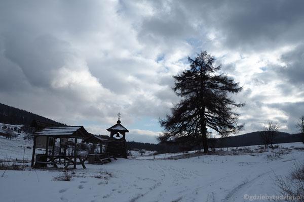 Dzwonnica poświęcona pamięci dawnych mieszkańców tej ziemi.