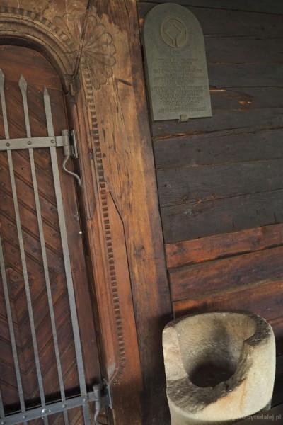 Chrzcielnica i tablica UNESCO.