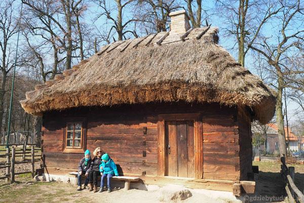 Na ławeczce (jednej z niewielu na terenie Skansenu).